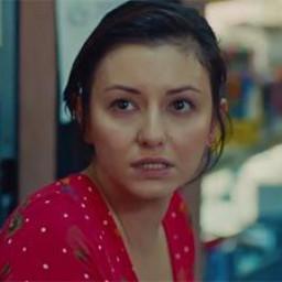 Pınar Töre as Esra