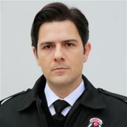 Kenan Ece as Murat Ünal