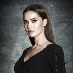 Fahriye Evcen as Selvi
