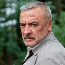 Mesut Akusta as İrfan Aladağ