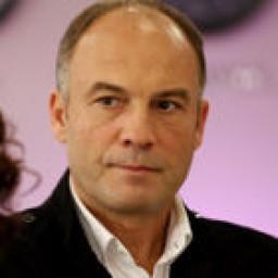 Mahir Günşiray as Nihat Mazharoğlu